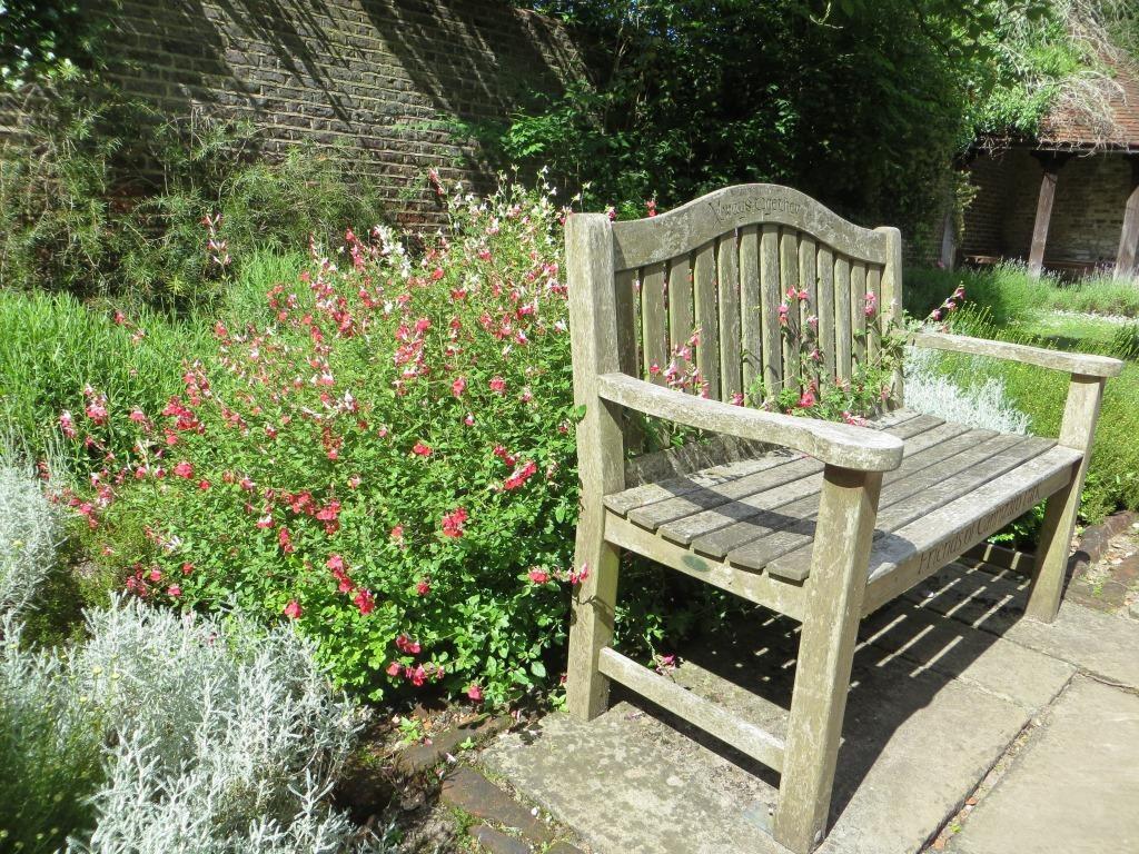 公園の椅子©ぱんたれい