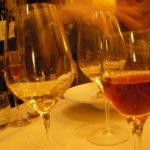 ワイングラス©ぱんたれい