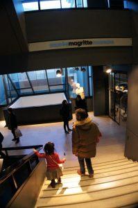 マグリット美術館エントランスへ@ぱんたれい